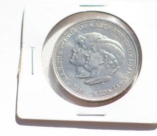 1981 Prince Charles And Lady Diana Royal Wedding Commemorative Coin photo