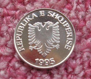 Albania 5 Leke 1995.  Unc,  Double Headed Eagle,  Olive Branches. photo
