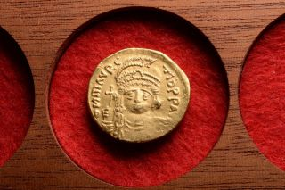 Ancient Byzantine Gold Solidus Coin Of Emperor Maurice Tiberius - 583 Ad photo